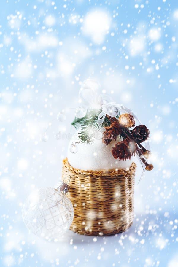Μαγική διακόσμηση Χριστουγέννων με τις άσπρες σφαίρες στοκ εικόνες