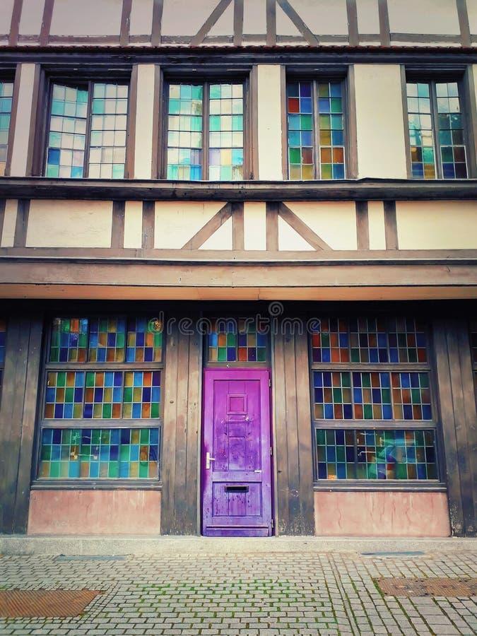 Μαγική ξύλινη πορφυρή πόρτα Όμορφη πρόσοψη σπιτιών με το ζωηρόχρωμα γυαλί παραθύρων και το ναυπηγείο πεζοδρομίων Εκλεκτής ποιότητ στοκ φωτογραφίες με δικαίωμα ελεύθερης χρήσης