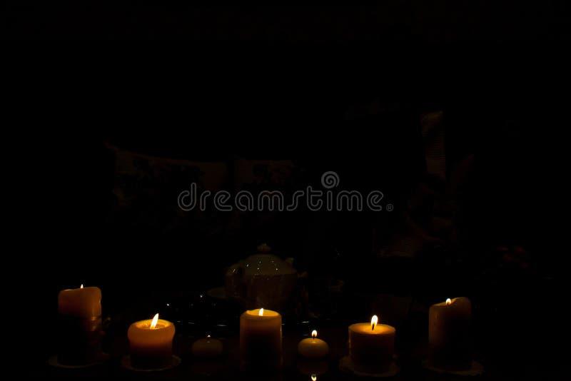Μαγική φίλτρο, αρχαία βιβλία και κεριά παλαιά σύσταση Φωτογραφία σε συγκρατημένο στοκ εικόνες