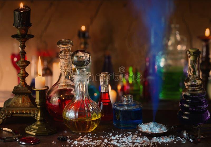 Μαγική φίλτρο, αρχαία βιβλία και κεριά στο σκοτεινό υπόβαθρο στοκ φωτογραφία με δικαίωμα ελεύθερης χρήσης