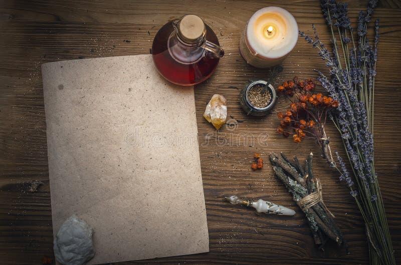 Μαγική φίλτρο και κενός κύλινδρος συνταγής Phytotherapy εναλλακτική βοτανική ια& σαμάνος druidism στοκ εικόνες