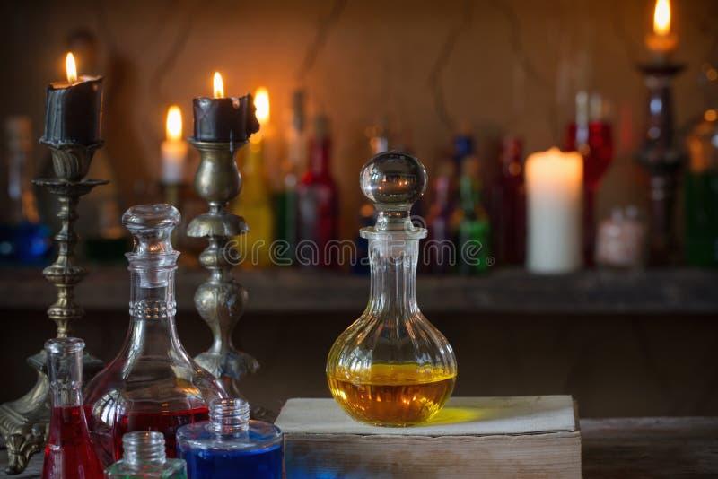 Μαγική φίλτρο, αρχαία βιβλία, κεριά στοκ εικόνες με δικαίωμα ελεύθερης χρήσης