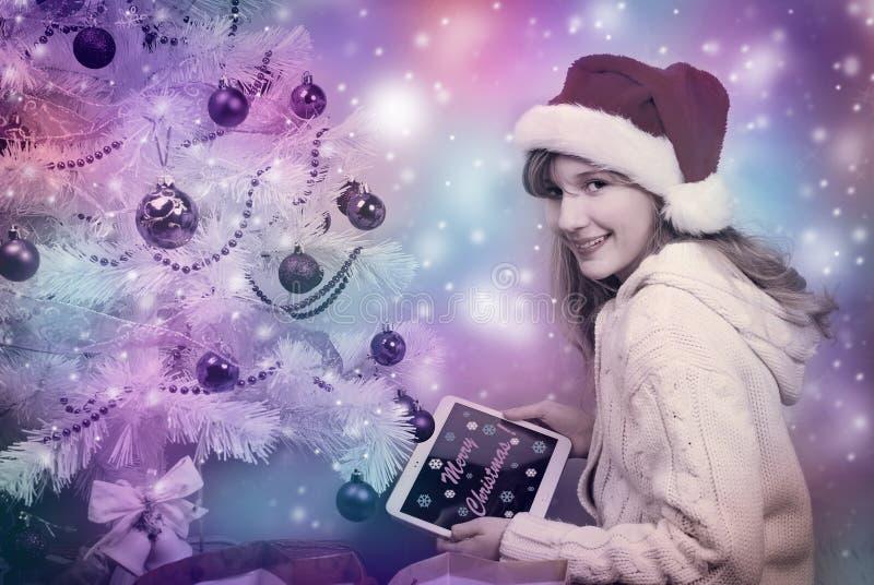 Μαγική φωτογραφία χρωμάτων του ευτυχούς κοριτσιού με το PC ταμπλετών ελεύθερη απεικόνιση δικαιώματος