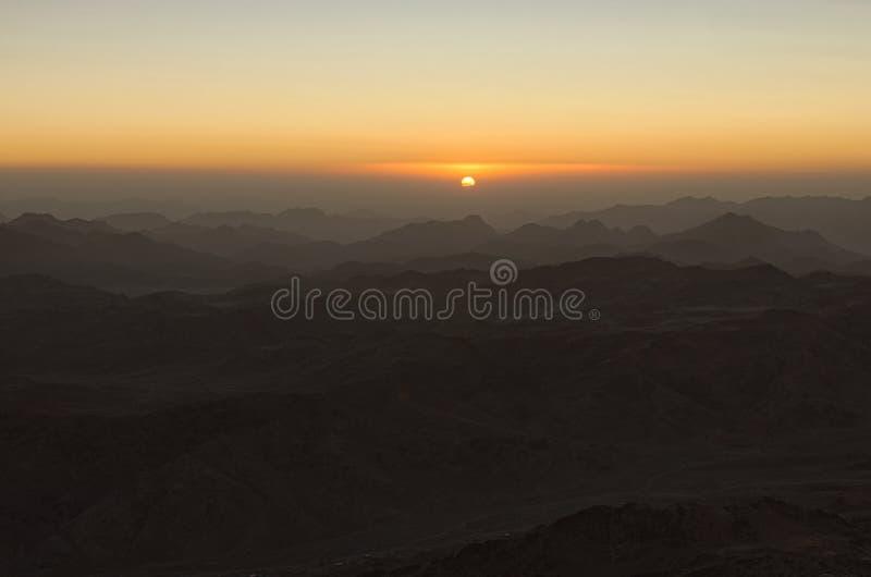 Μαγική χρυσή ανατολή στα βουνά Ο ήλιος προέρχεται από το σύννεφο Η άποψη από το υποστήριγμα Sinai τοποθετεί Horeb, Gabal μούσα στοκ φωτογραφίες