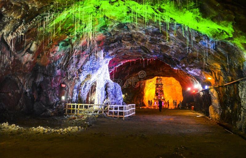Μαγικός ζωηρόχρωμος φωτισμός μέσα στο αλατισμένο ορυχείο Khewra στοκ φωτογραφία με δικαίωμα ελεύθερης χρήσης