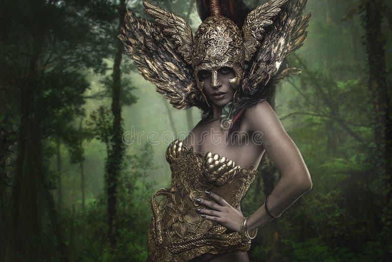 Μαγικός, θεότητα, όμορφη γυναίκα με την πράσινη τρίχα στα χρυσά goddes στοκ εικόνα