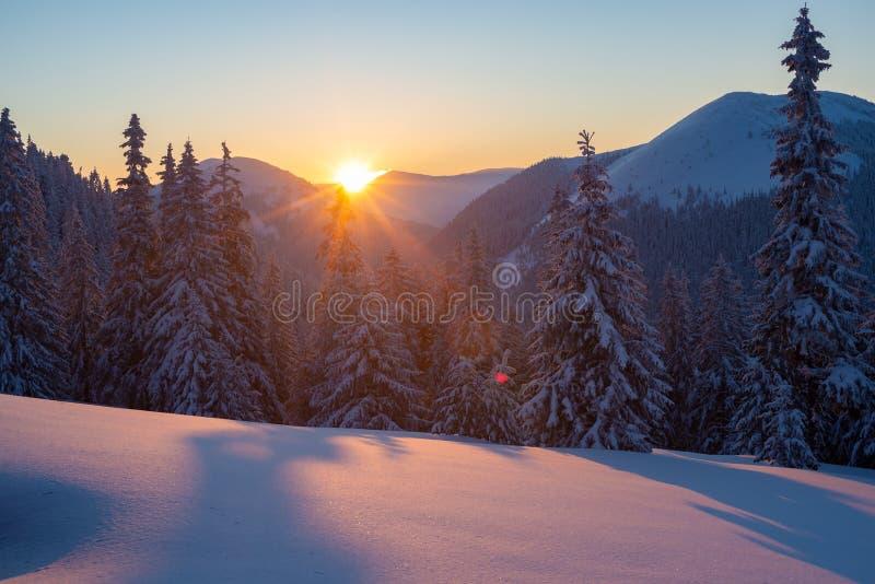 Μαγικό ηλιοβασίλεμα στα χειμερινά βουνά μετά από τις χιονοπτώσεις στοκ εικόνα