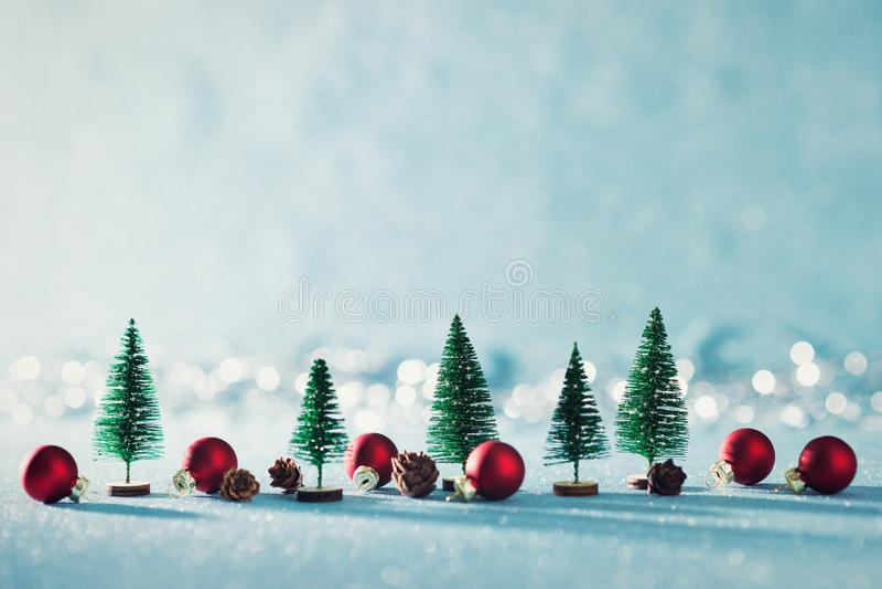 Μαγικό μικροσκοπικό υπόβαθρο χειμερινών χωρών των θαυμάτων Αειθαλή δέντρα, κώνοι πεύκων και κόκκινα μπιχλιμπίδια Χριστουγέννων στ στοκ φωτογραφίες με δικαίωμα ελεύθερης χρήσης