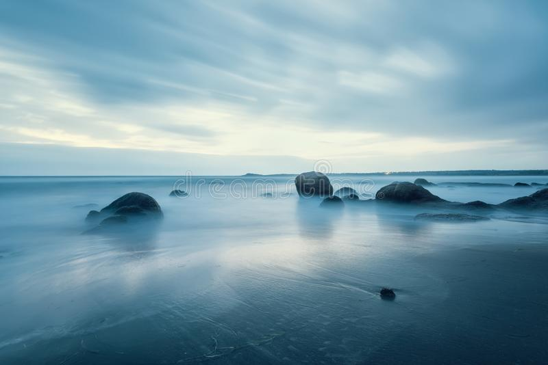 Μαγικό μπλε πρωί στην παραλία στοκ εικόνες