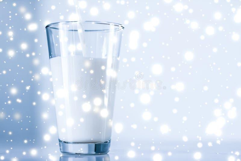 Μαγικό ποτό διακοπών, χύνοντας οργανική λακτόζη ελεύθερο γάλα στο γυαλί στο μαρμάρινο πίνακα στοκ εικόνες