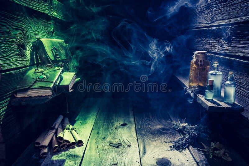 Μαγικό σύνολο καλυβών μαγισσών των κυλίνδρων και των μπλε φίλτρων με το διάστημα αντιγράφων για αποκριές στοκ εικόνες
