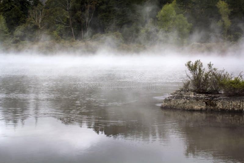 Μαγικό τοπίο λιμνών της Misty Ατμός που αυξάνεται από το ζεστό νερό στοκ εικόνα με δικαίωμα ελεύθερης χρήσης