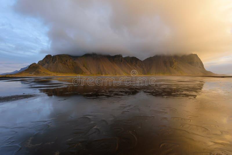 Μαγικό τοπίο των βουνών Vestrahorn και των μαύρων αμμόλοφων άμμου στην Ισλανδία στην ανατολή Πανοραμική άποψη του ακρωτηρίου Stok στοκ φωτογραφία