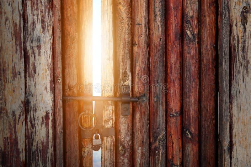 Μαγικό φως μέσω της ανοικτής ξύλινης πόρτας στοκ φωτογραφία με δικαίωμα ελεύθερης χρήσης