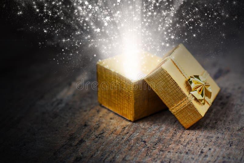 Μαγικό δώρο με τις ακτίνες και τους σπινθήρες στοκ φωτογραφίες με δικαίωμα ελεύθερης χρήσης