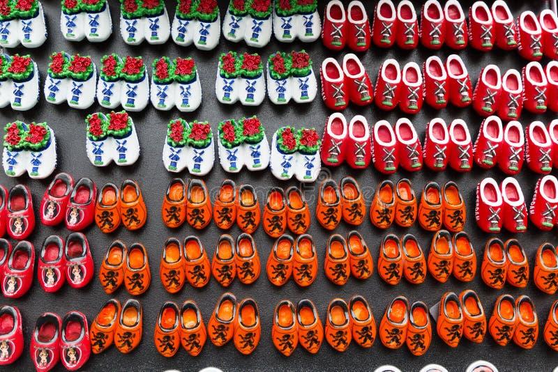 Μαγνήτες με τα ολλανδικά παραδοσιακά ξύλινα παπούτσια ή clogs για την πώληση, κατάστημα αναμνηστικών, Ολλανδία στοκ φωτογραφία με δικαίωμα ελεύθερης χρήσης