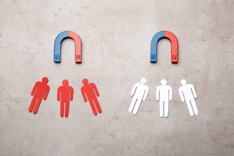 Μαγνήτες που προσελκύουν την κυκλοφορία ανθρώπων στην γκρίζα, τοπ άποψη Έννοια επιχειρησιακού ανταγωνισμού στοκ εικόνα