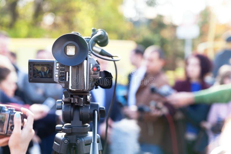 Μαγνητοσκόπηση ένα γεγονός μέσων με βιντεοκάμερα Συνέντευξη τύπου στοκ εικόνες