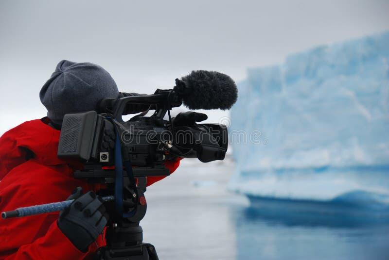 Μαγνητοσκόπηση καμεραμάν ένα παγόβουνο στην Ανταρκτική στοκ εικόνα με δικαίωμα ελεύθερης χρήσης