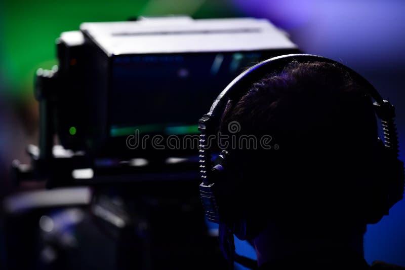 Μαγνητοσκόπηση καμεραμάν μέσα σε μια τηλεόραση ειδήσεων στοκ φωτογραφίες με δικαίωμα ελεύθερης χρήσης