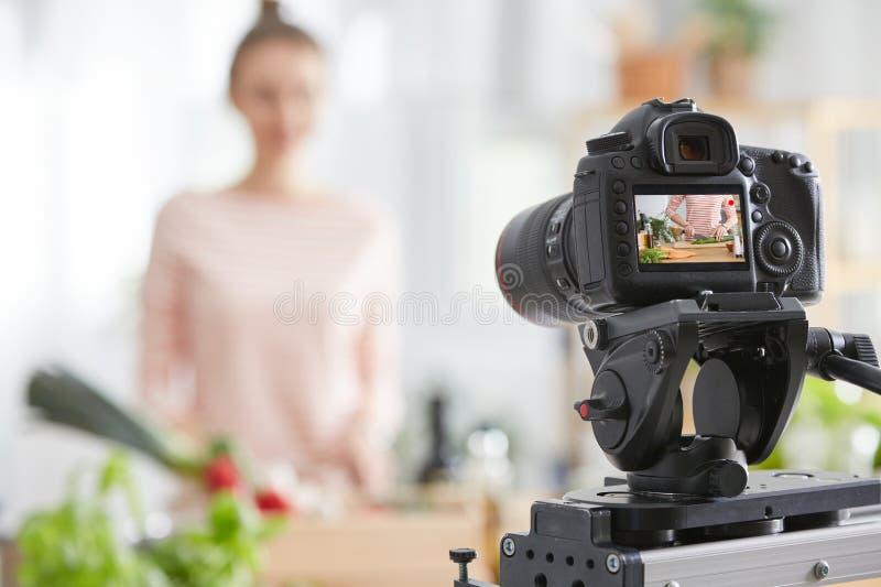 Μαγνητοσκόπηση καμερών ένας μάγειρας στοκ φωτογραφία
