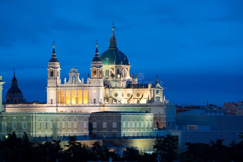 Μαδρίτη Εικόνα του ορίζοντα της Μαδρίτης με το Λα Real de Λα Almudena Cathedral και η Royal Palace της Σάντα Μαρία κατά τη διάρκε στοκ φωτογραφίες