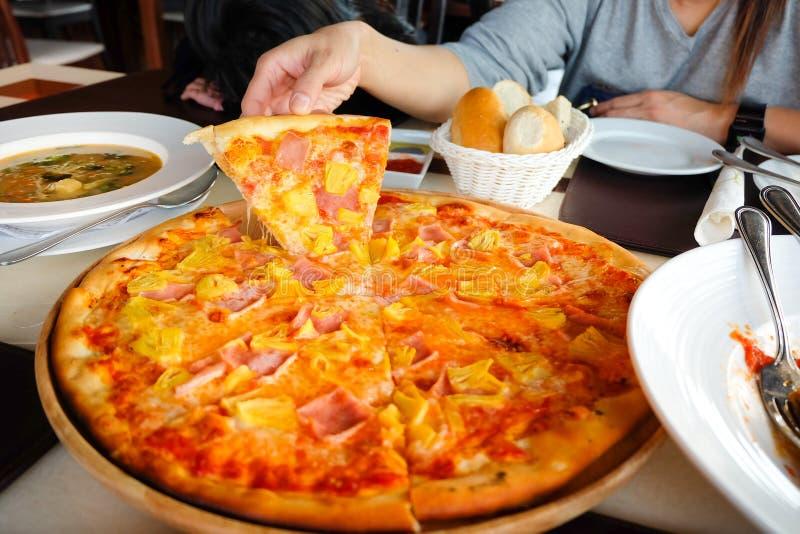 Μαζεμμένη με το χέρι το s πίτσα γυναικών ` στοκ φωτογραφία με δικαίωμα ελεύθερης χρήσης
