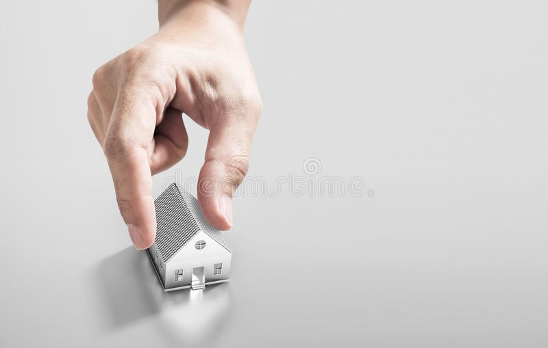 Μαζεύοντας με το χέρι την επένδυση πρότυπων, ακίνητων περιουσιών σπιτιών και αγοράζοντας την έννοια σπιτιών στοκ εικόνα