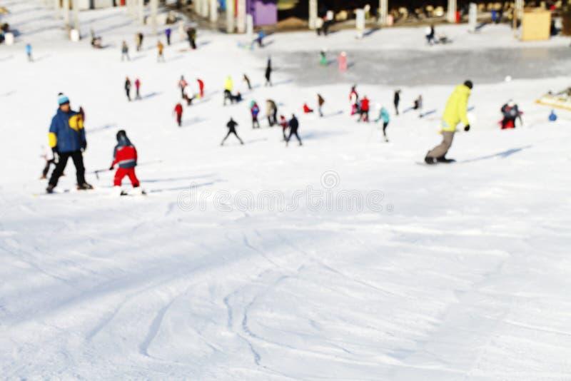 Μαζική κάθοδος των σκιέρ και των snowboarders βουνών στοκ φωτογραφία με δικαίωμα ελεύθερης χρήσης