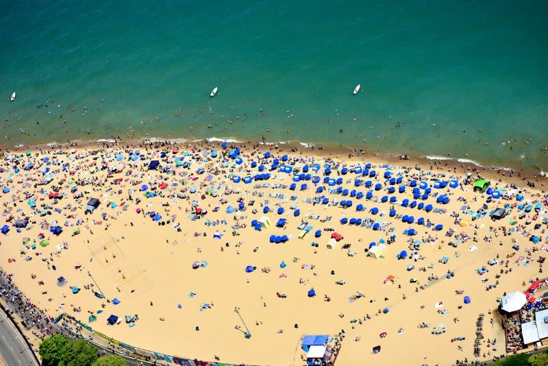 Μαζικοί τουρίστες στη δρύινη παραλία οδών στο Σικάγο, IL o