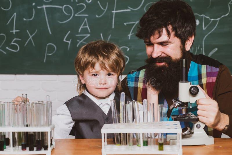 Μαθήματα σχολικής χημείας ( Χημεία η τάξη επιστήμης o στοκ εικόνες