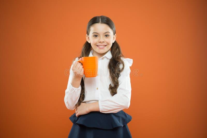 Μαθήτρια με την κούπα που έχει το σπάσιμο τσαγιού Χαλαρώστε και επαναφορτίστε Ισορροπία νερού Απόλαυση του τσαγιού πριν από τις σ στοκ φωτογραφίες με δικαίωμα ελεύθερης χρήσης