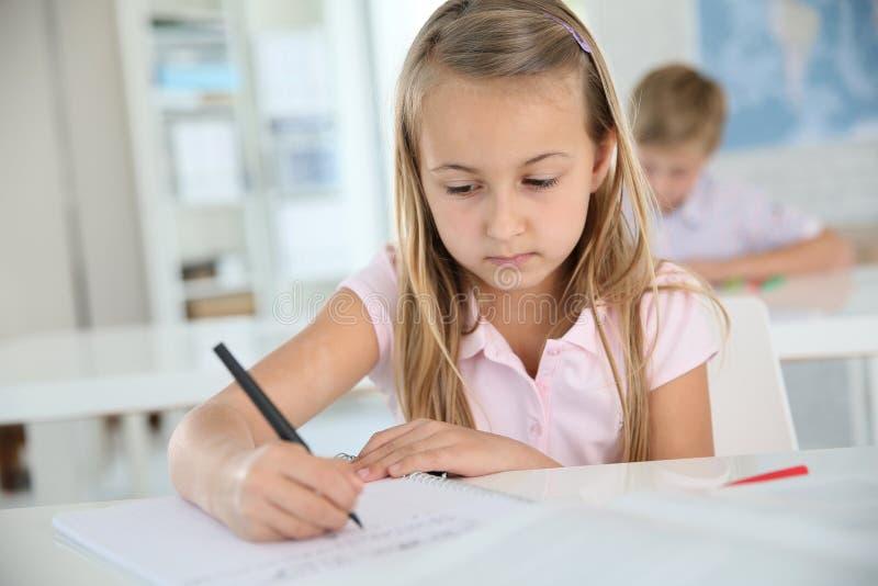 Μαθήτρια που γράφει κάτω τις σημειώσεις στοκ φωτογραφία με δικαίωμα ελεύθερης χρήσης