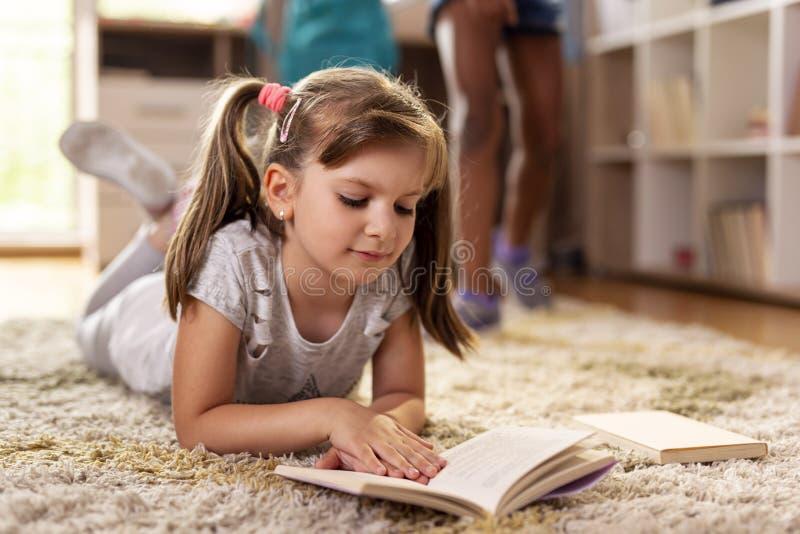 Μαθήτρια που διαβάζει ένα βιβλίο στοκ εικόνες με δικαίωμα ελεύθερης χρήσης