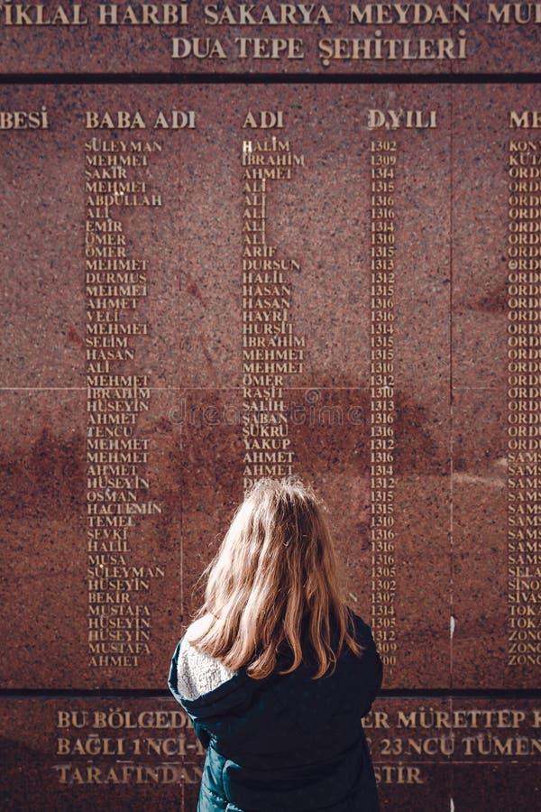 Μαθήτρια, που διαβάζει τα ονόματα των μαρτύρων που έχασαν το Liv τους στοκ φωτογραφίες με δικαίωμα ελεύθερης χρήσης