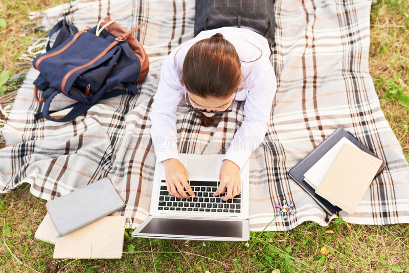 Μαθήτρια που κάνει την εργασία υπαίθρια στοκ εικόνες με δικαίωμα ελεύθερης χρήσης