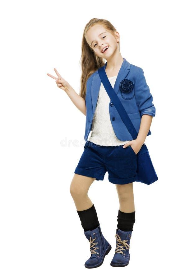 Μαθήτρια στο ομοιόμορφο παρουσιάζοντας σημάδι νίκης Σχολικό κορίτσι σπουδαστών στοκ εικόνες