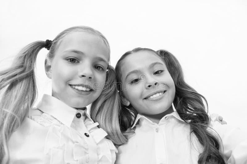 Μαθήτριες με τα χαριτωμένα ponytails hairstyle και τα λαμπρά χαμόγελα Άριστοι μαθητές καλύτερων φίλων Τέλειες μαθήτριες με στοκ εικόνες