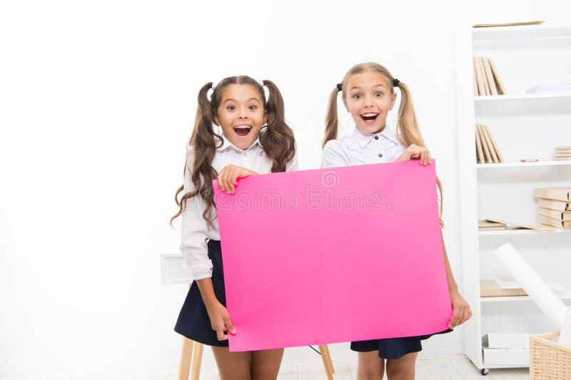 Μαθήτριες που κρατούν την ανακοίνωση εμβλημάτων Διάστημα αντιγράφων χαιρετισμών παιδιών happy holidays Συγχαρητήρια σε σας στοκ εικόνες
