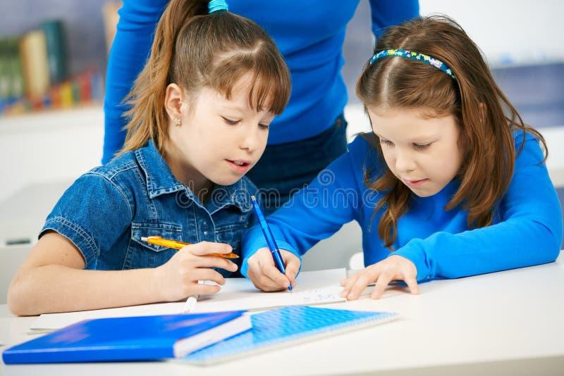 Download μαθαίνοντας μαθήτριες τάξ&ep Στοκ Εικόνα - εικόνα από θηλυκό, συμμαθητής: 22787939
