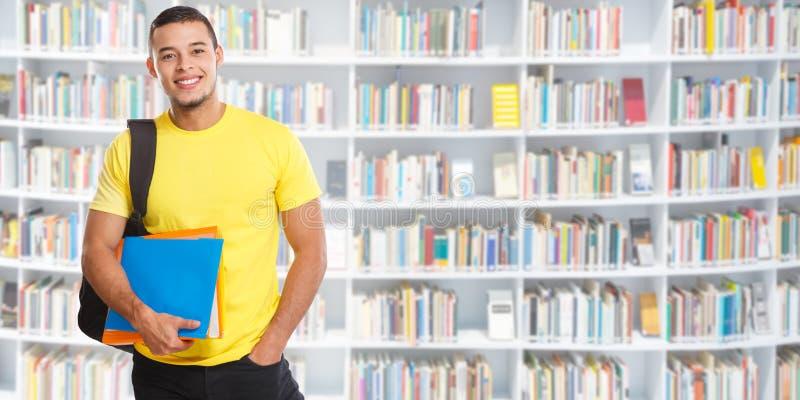 Μαθαίνοντας χαμογελώντας άνθρωποι εμβλημάτων βιβλιοθηκών πορτρέτου νεαρών άνδρων σπουδαστών στοκ φωτογραφίες με δικαίωμα ελεύθερης χρήσης