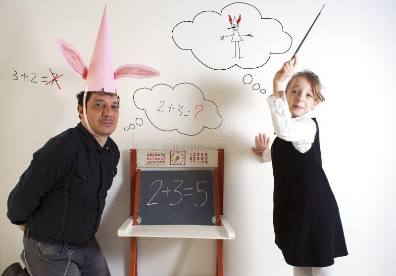Μαθηματικά διδασκαλίας μικρών κοριτσιών ενήλικος dunce στοκ εικόνα με δικαίωμα ελεύθερης χρήσης