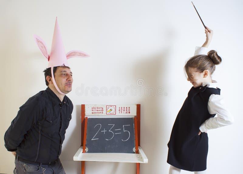 Μαθηματικά διδασκαλίας μικρών κοριτσιών ενήλικος dunce στοκ φωτογραφία με δικαίωμα ελεύθερης χρήσης