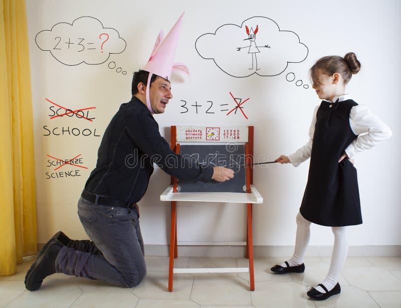 Μαθηματικά διδασκαλίας μικρών κοριτσιών ενήλικος dunce στοκ φωτογραφίες