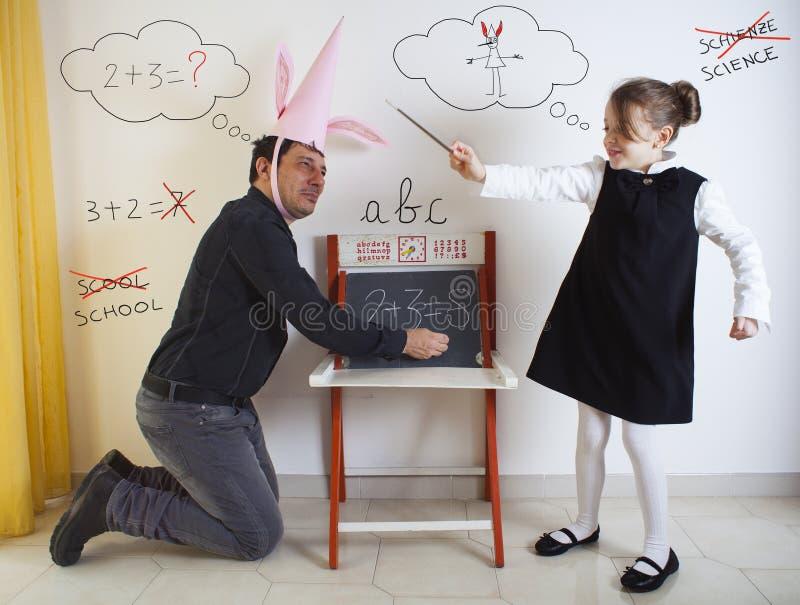 Μαθηματικά διδασκαλίας μικρών κοριτσιών ενήλικος dunce στοκ φωτογραφία