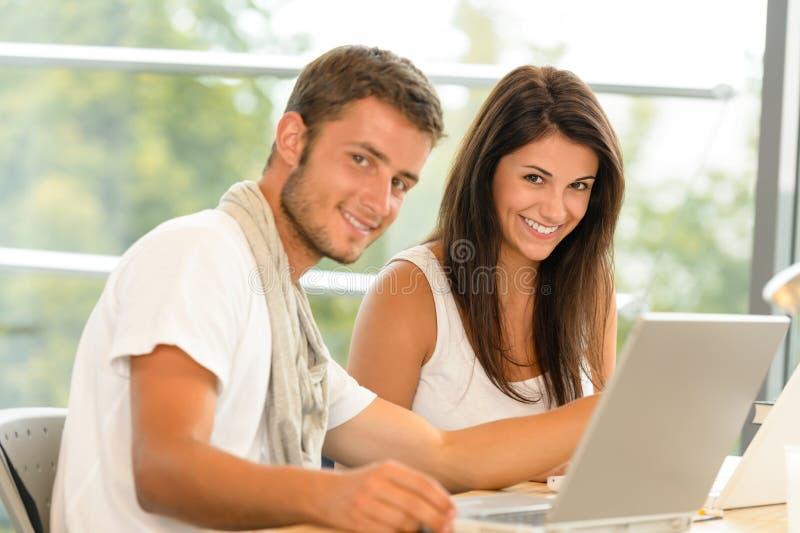Μαθητές γυμνασίου που χρησιμοποιούν το lap-top για το σχολικό πρόγραμμα στοκ εικόνες