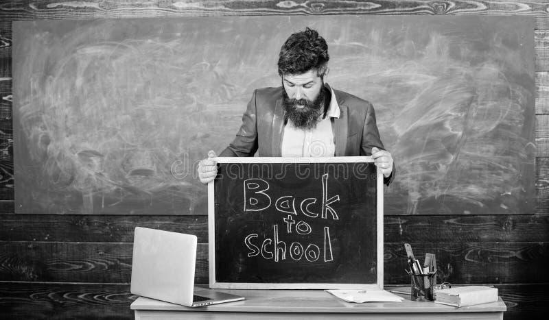 Μαθητές διδασκαλίας το επαγγελματικό επάγγελμά του Ο δάσκαλος ή ο διευθυντής σχολείου χαιρετίζει την επιγραφή πίσω στο σχολείο : στοκ φωτογραφία με δικαίωμα ελεύθερης χρήσης