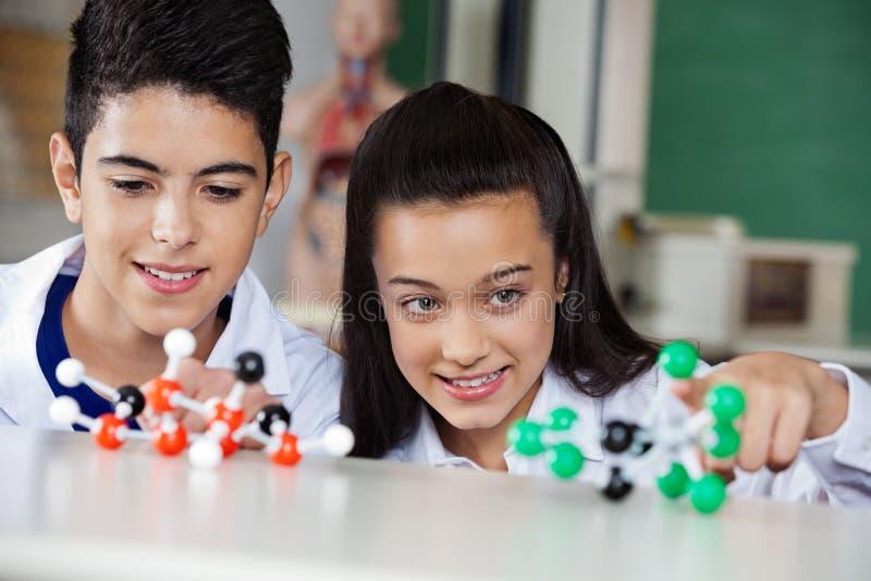 Μαθητές που εξετάζουν τις μοριακές δομές στοκ φωτογραφία με δικαίωμα ελεύθερης χρήσης