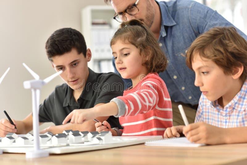 Μαθητές στο σχολείο με το δάσκαλο στην κατηγορία στοκ εικόνα