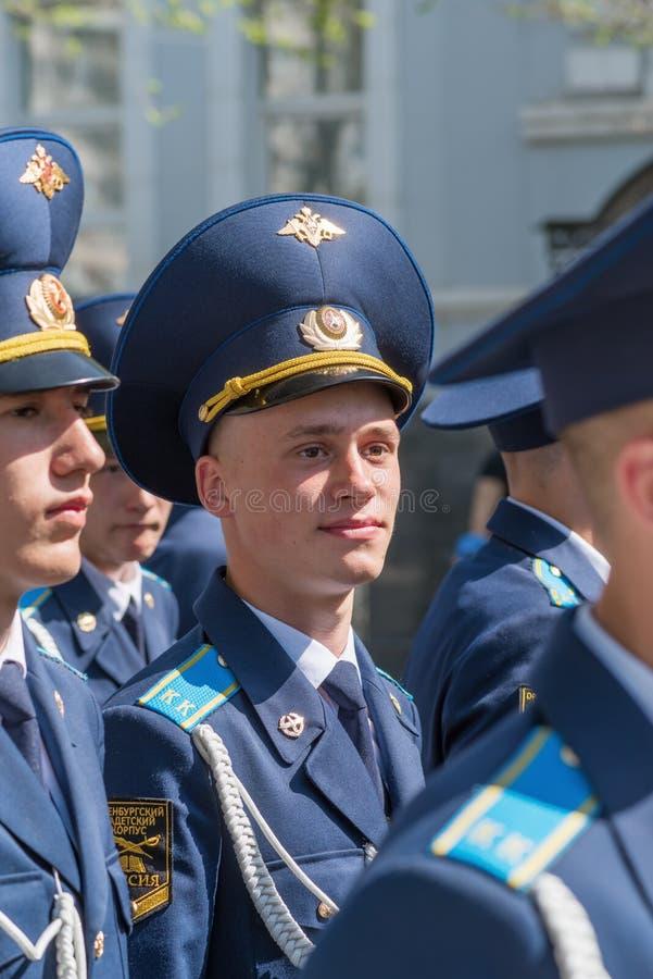 Μαθητές στρατιωτικής σχολής του σώματος μαθητών στρατιωτικής σχολής στην παρέλαση στοκ φωτογραφία
